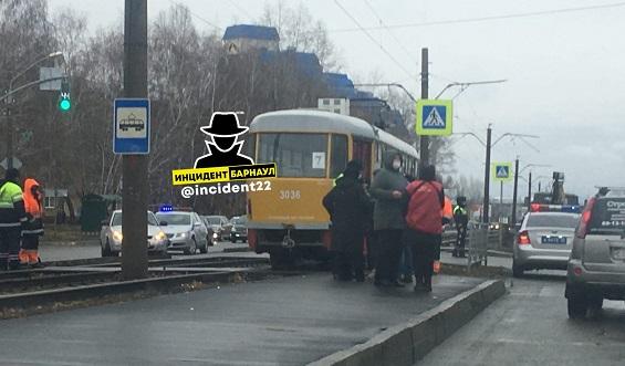 В Барнауле спешивший перейти дорогу пешеход погиб колесами трамвая