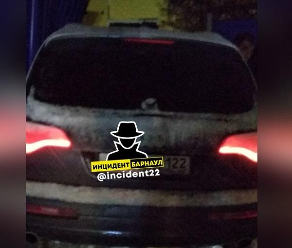 Водитель иномарки летней резине протаранил частный в Барнауле