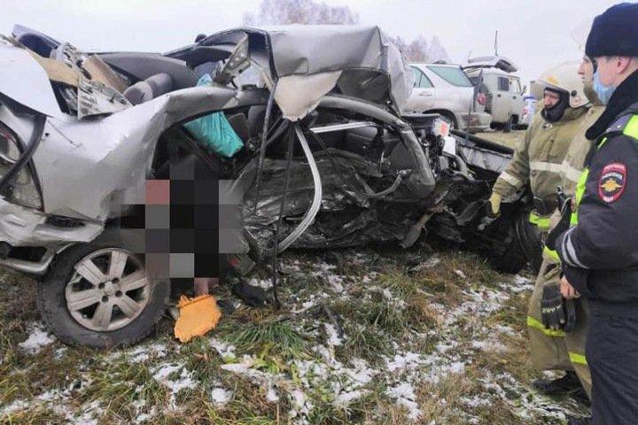 Потерявший управление водитель погиб очередном лобовом на границе Алтая Новосибирской области