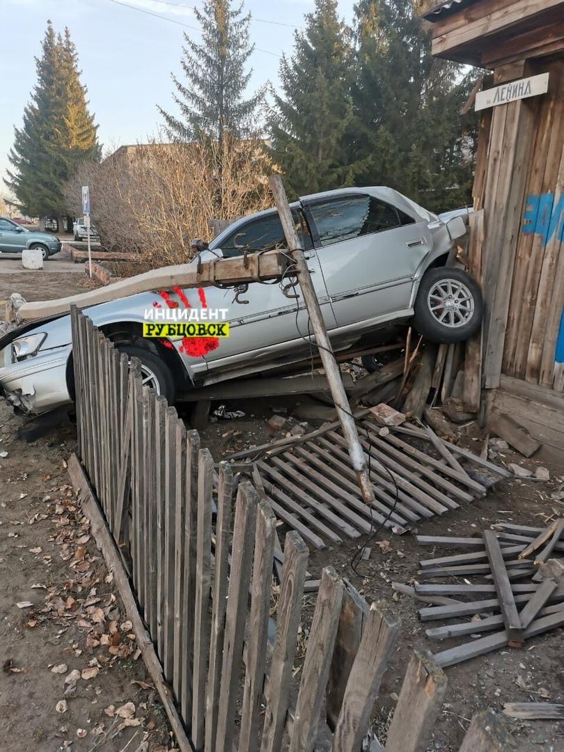 Алтайский полицейский может лишиться работы после тарана дома автомобиле