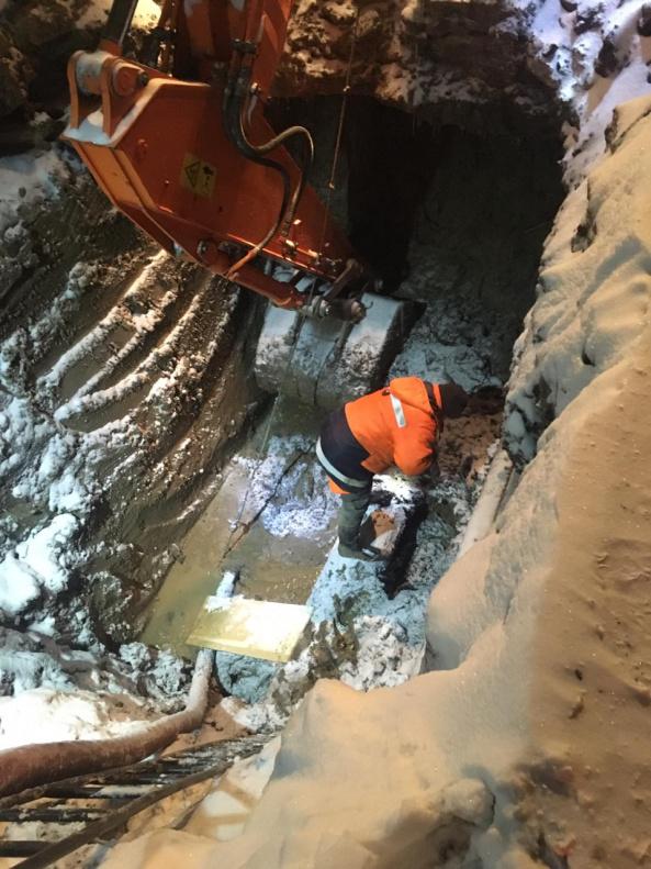 Барнаульский Водоканал устранил фонтанирующий прорыв торговом павильоне