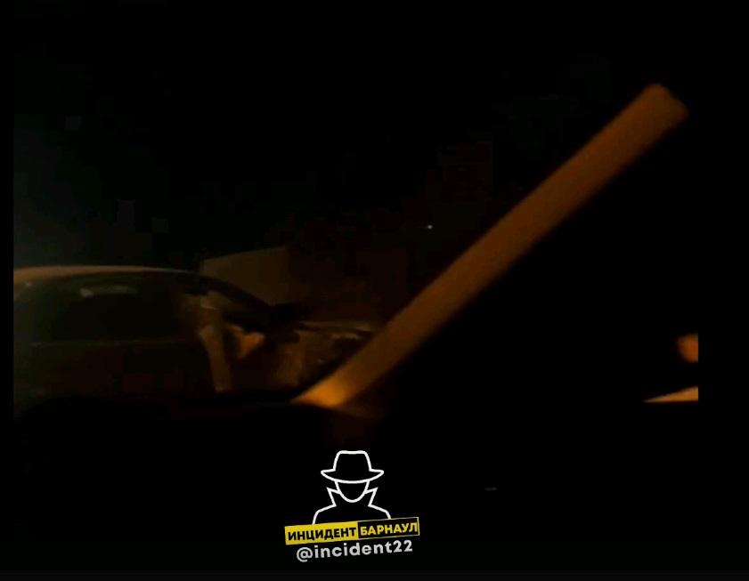 В Барнауле девушки сбежали разбитого авто после ночного со столбом гибели подруги-водителя