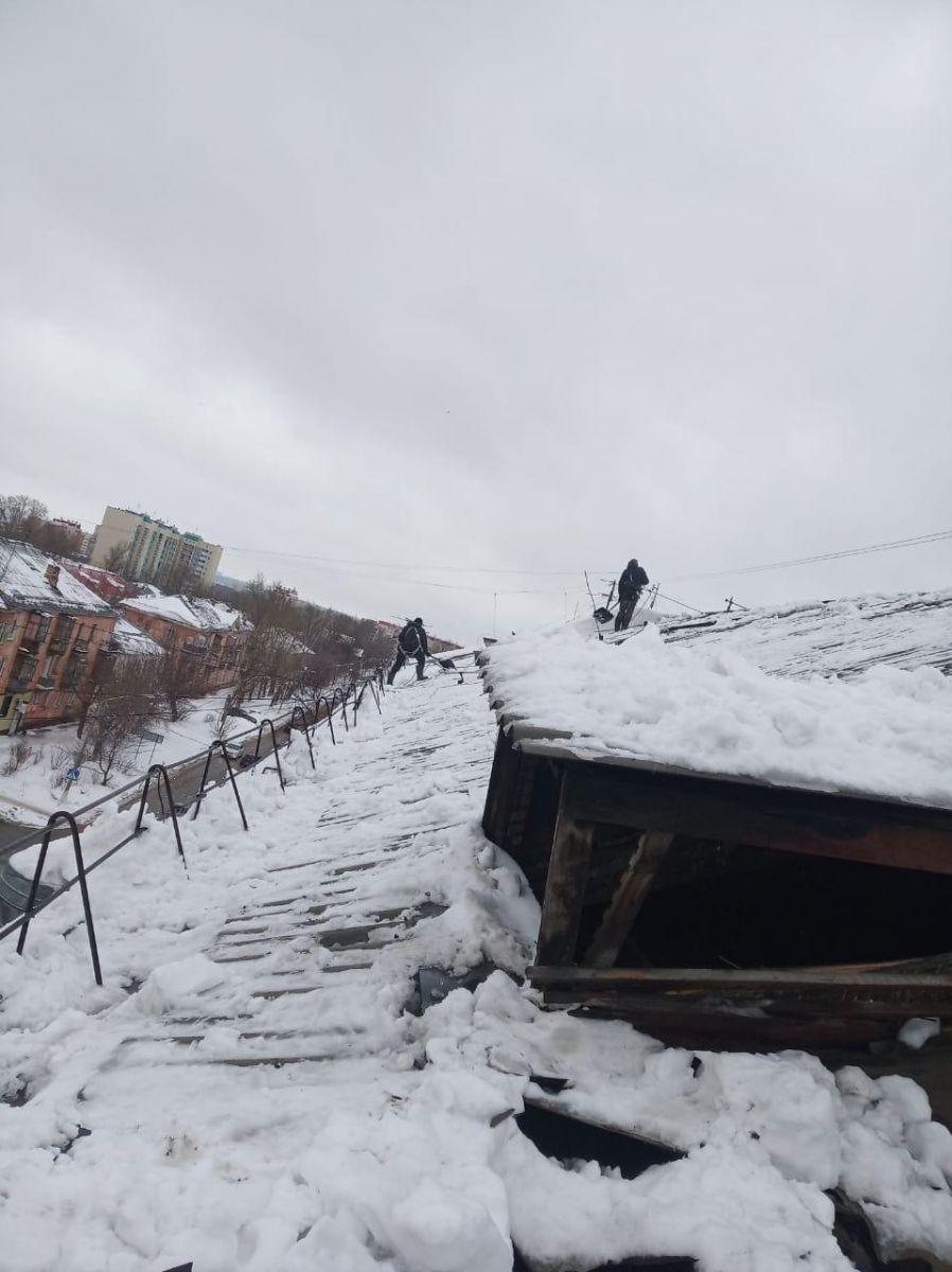 В Барнауле короткий период оттепели случилось сразу несколько разрушительных сходов снега