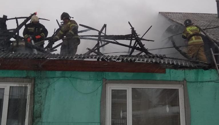 Алтайские пожарные спасли горящего дома оставшуюся присмотра девочку