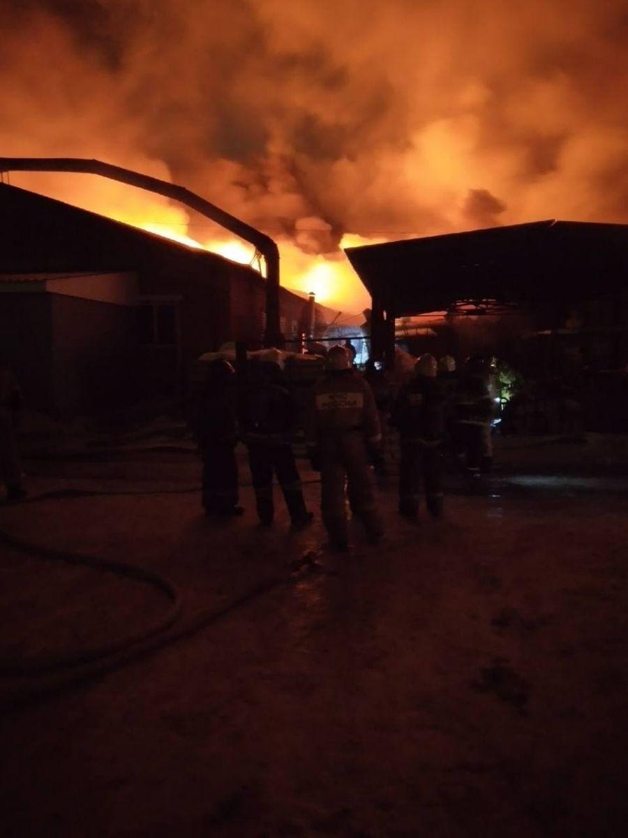 Спасатели устраняют последствия масштабного ночного пожара барнаульской промзоне