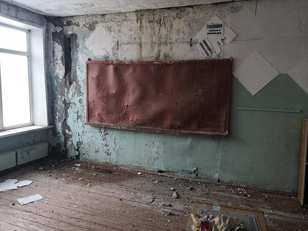 Жители алтайского поселка боятся детей после ночного обрушения стены аварийном здании школы