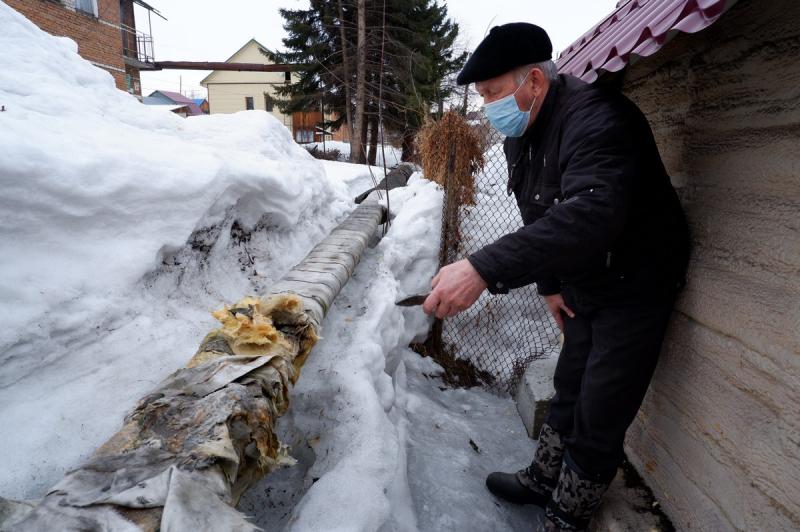 Неунывающие пенсионеры Горно-Алтайска взялись изоляцию оголенных теплосетей старыми куртками