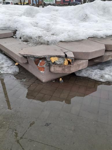 Закрытый горожан новый фонтан Бийске после зимы обнажил прорехи
