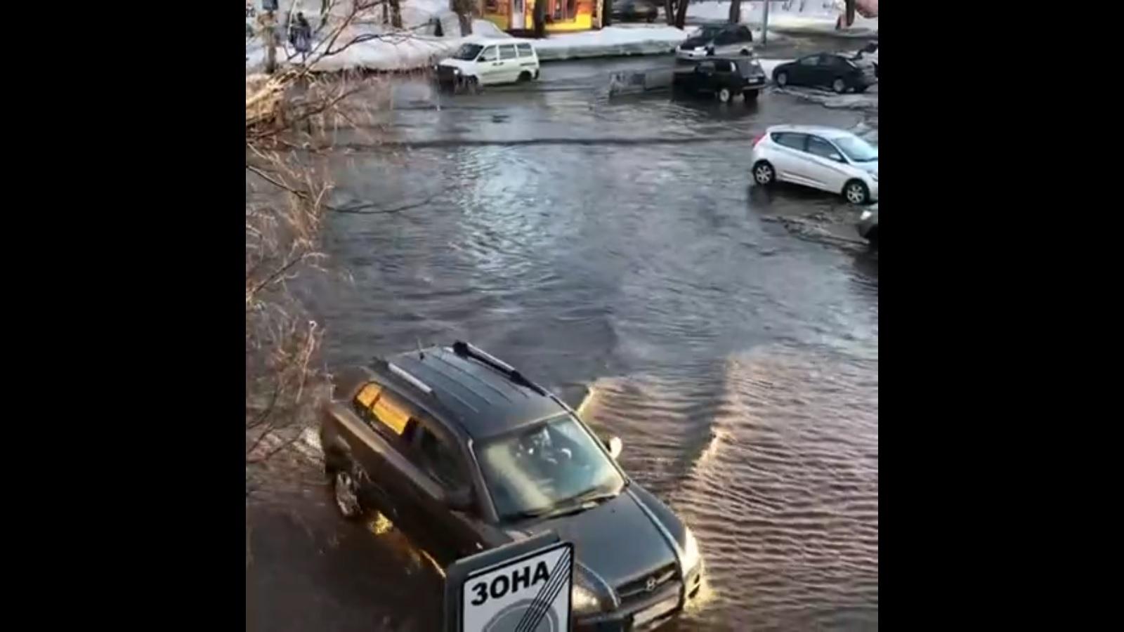 Бийские коммунальщики высушат одну затопленных улиц города