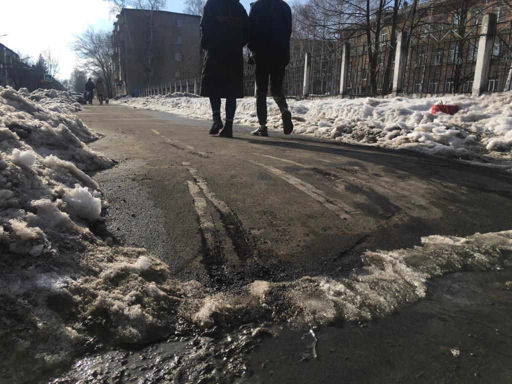 Мэрия Бийска обследует оставшуюся асфальта после сокрушительной уборки снега улицу