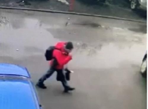 В Барнауле половое преступление пострадавшим ребенком разыскивают мужчину красной куртке