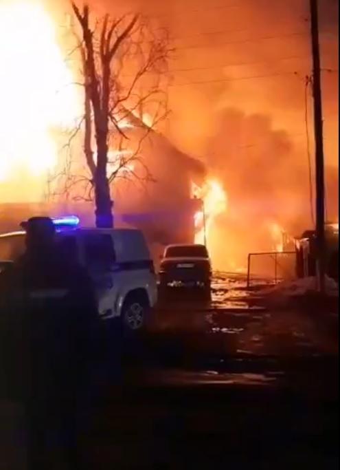 Разрушительный пожар повредил конструкции нескольких жилых домов Новоалтайске