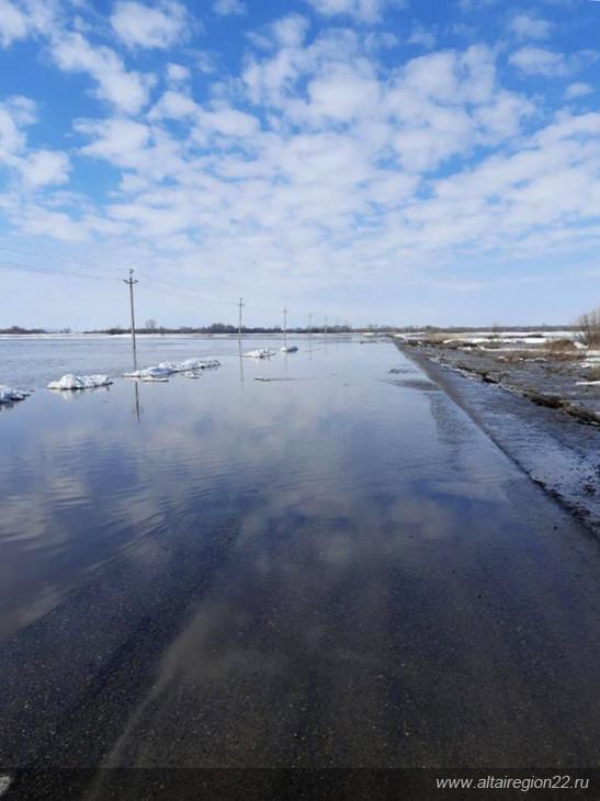 Талые воды продолжают топить сельские дороги Алтайском крае