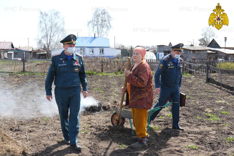 Житель алтайского села получил сильнейшие ожоги после пала травы приусадебном участке