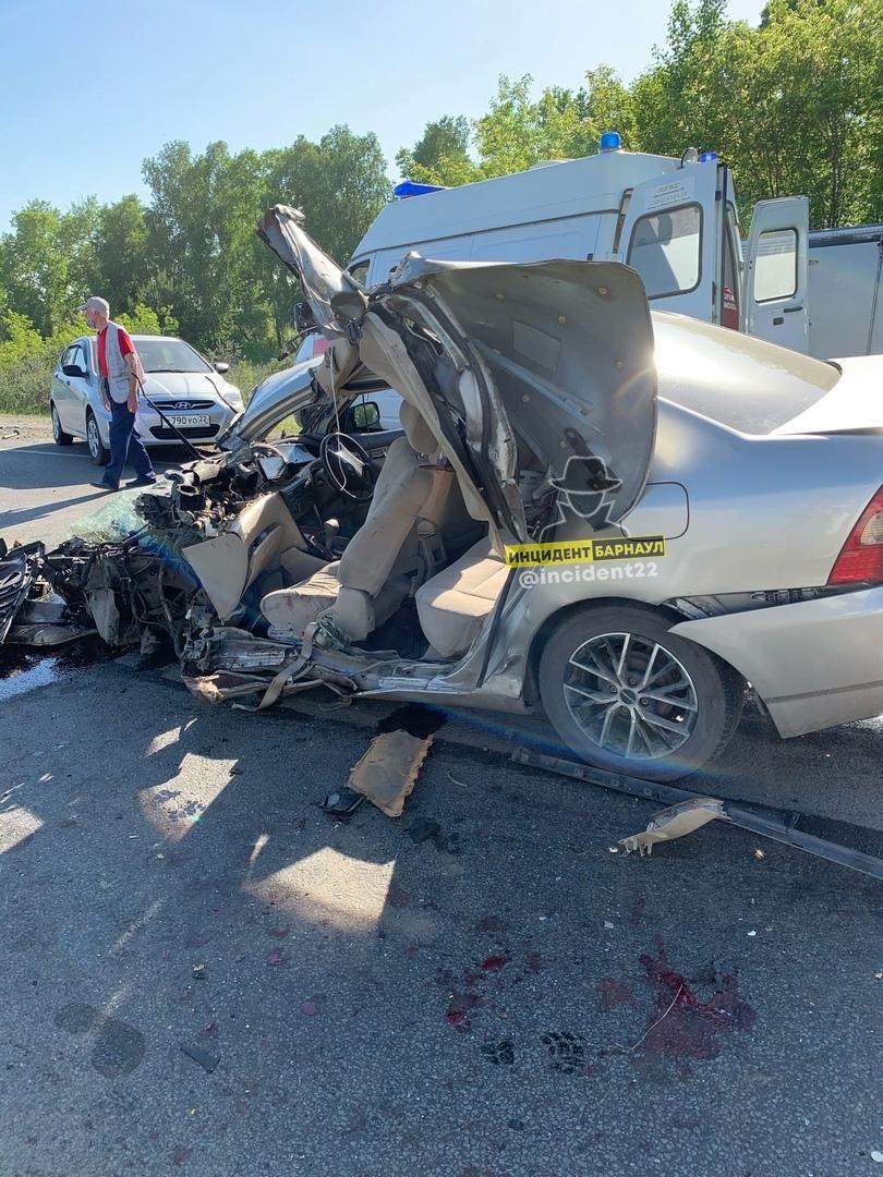 Легковую иномарку разворотило после столкновения автокраном трассе Барнаулом