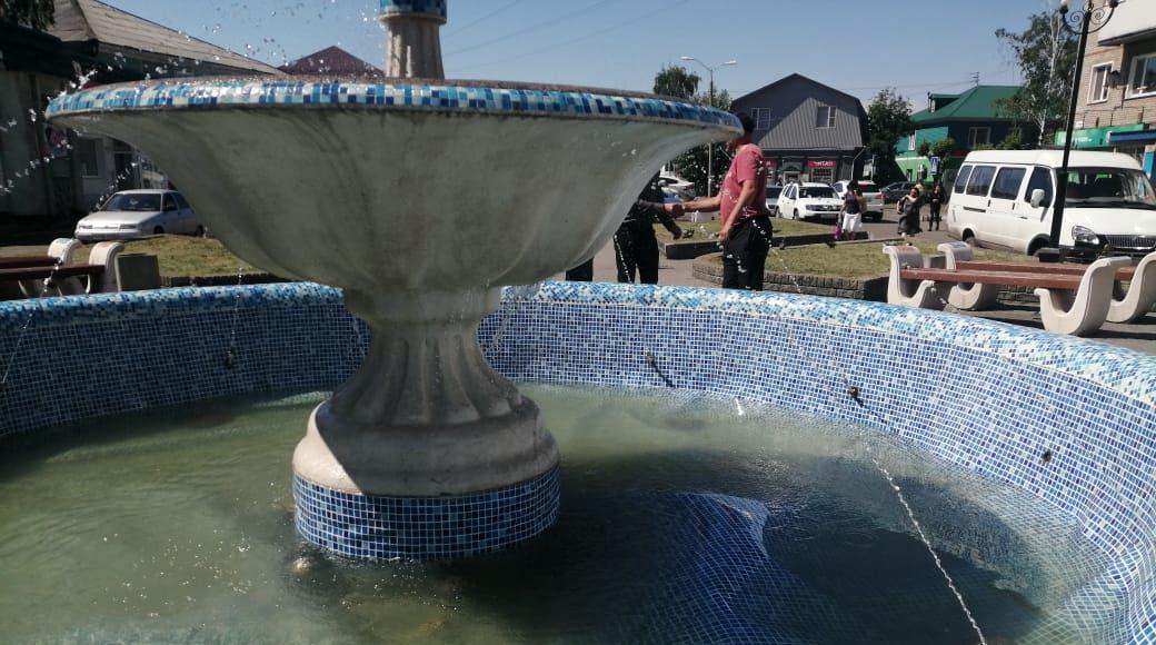 Власти Камня-на-Оби упрекнули жителей очередной поломке вспученного городского фонтана