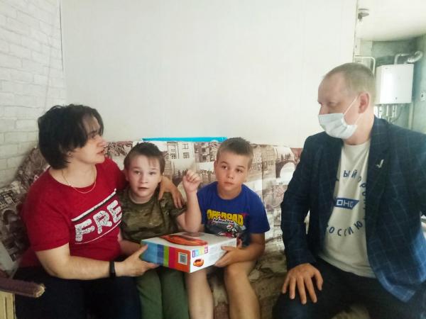 Руководитель алтайского исполкома подарил мальчику ДЦП надувной плот День защиты детей