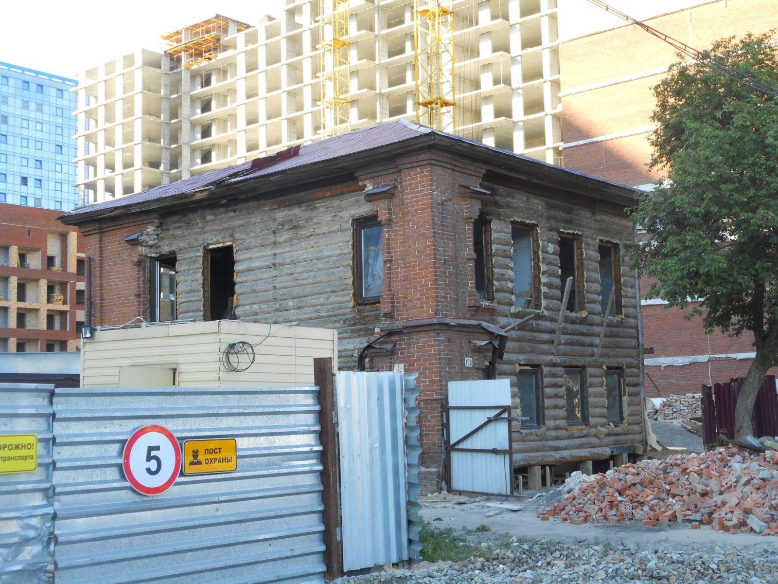 Горожане обеспокоены раздетым догола историческим зданием Барнауле