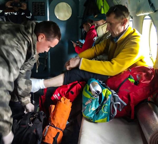 Алтайские спасатели экстренно эвакуировали горы разрубившего себе ногу туриста