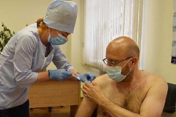 Депутаты Алтайского Заксобрания коллективно обнажили плечи ради вакцины ковида