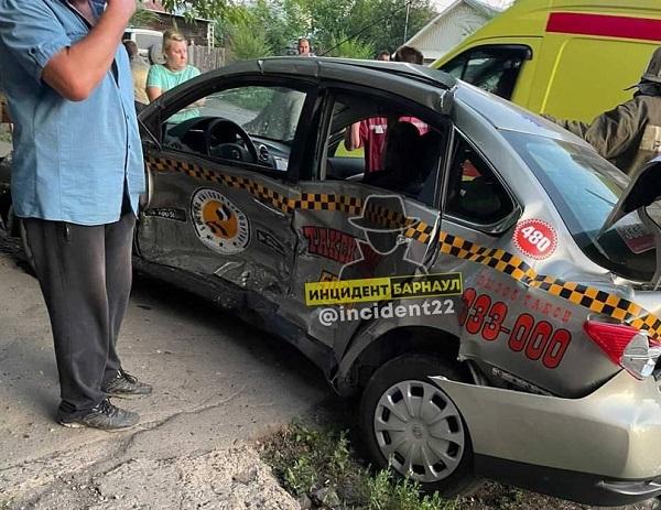 Водителя такси увезли скорой после мощного столкновения иномарок барнаульском перекрестке