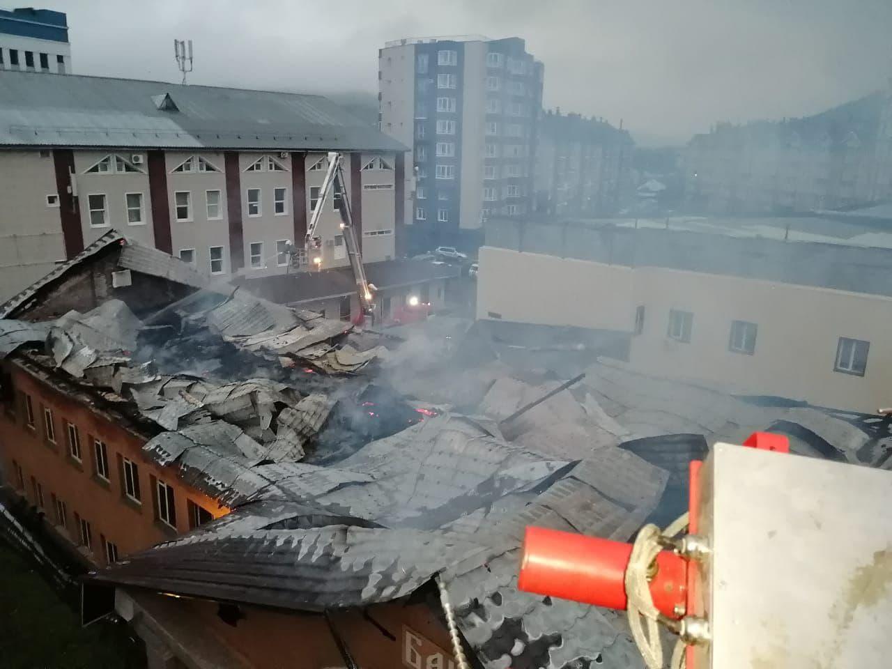 Очередной серьезный пожар охватил административное здание центре Горно-Алтайска