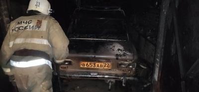 Масштабный пожар гаражном комплексе Рубцовска уничтожил огнем постройки автомобили