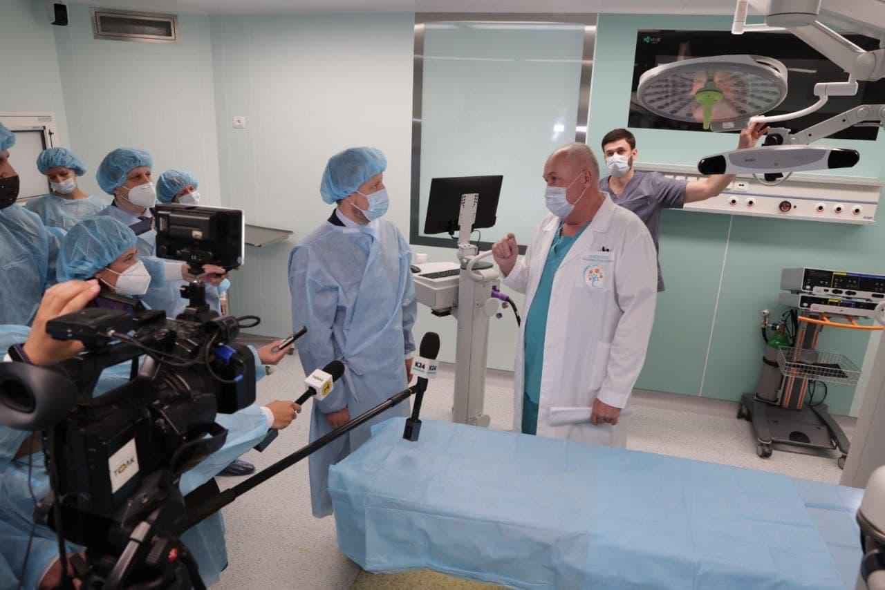 Киберкадры решают алтайском медицинском центре показали робота-хирурга