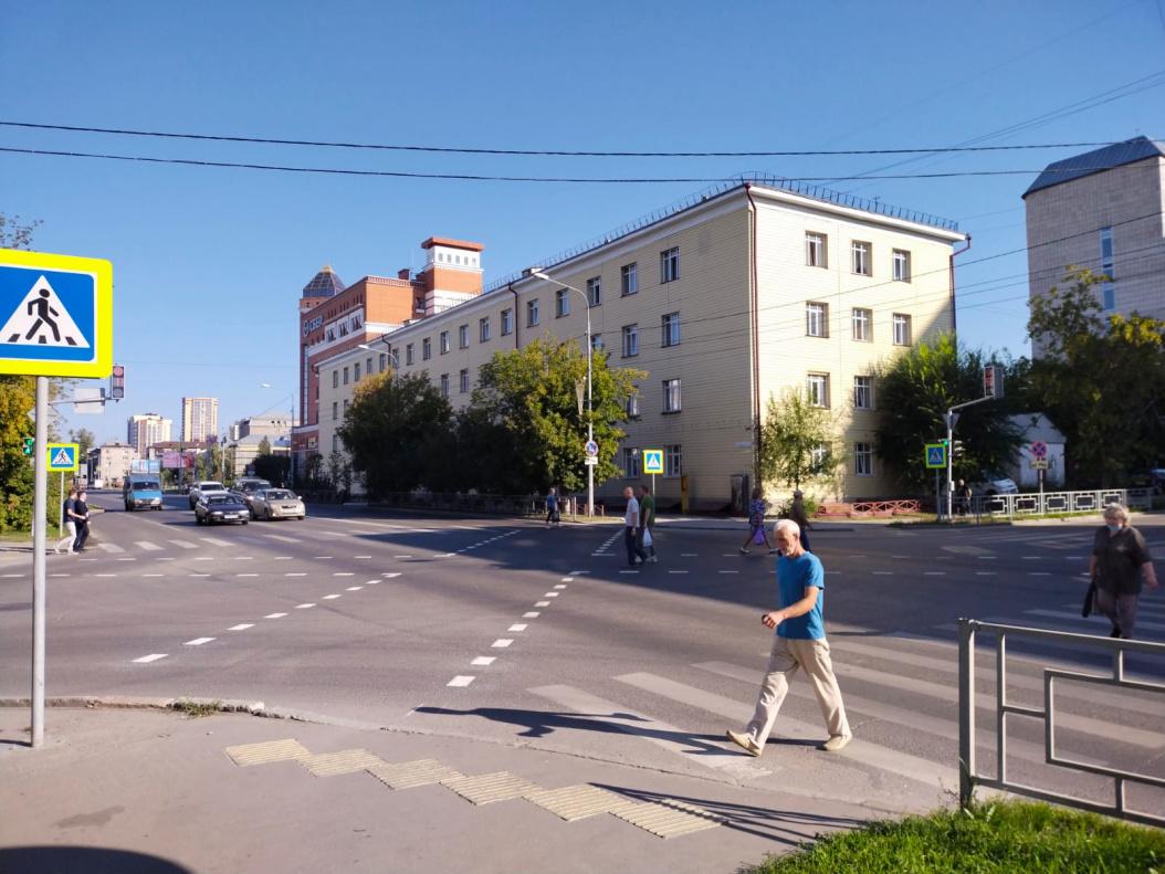 На многолюдном барнаульском перекрестке организовали первую городе диагональную зебру