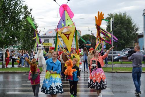 Барнаульский театр кукол устроил карнавальный парад честь переезда сказочный дом