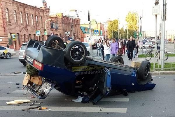ВАЗ сделал сальто после столкновения иномаркой старом центре Барнаула