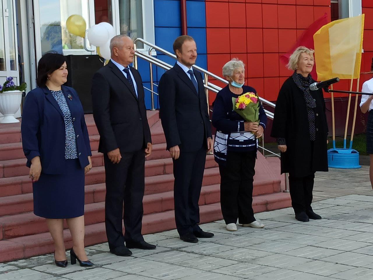 Виктор Томенко приехал торжественную линейку сельскую школу Алтайском крае