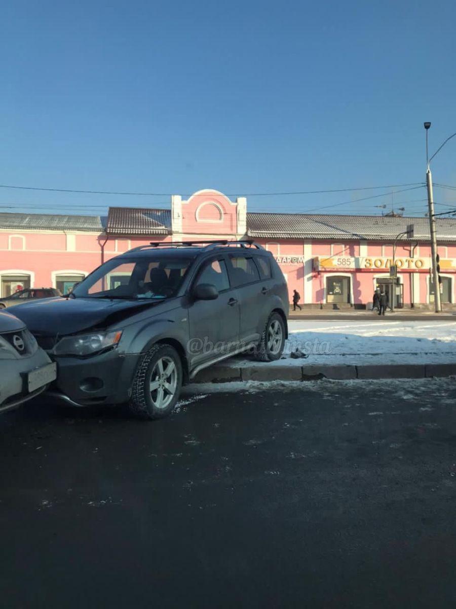 В Барнауле водитель внедорожника погиб после аварии центре города