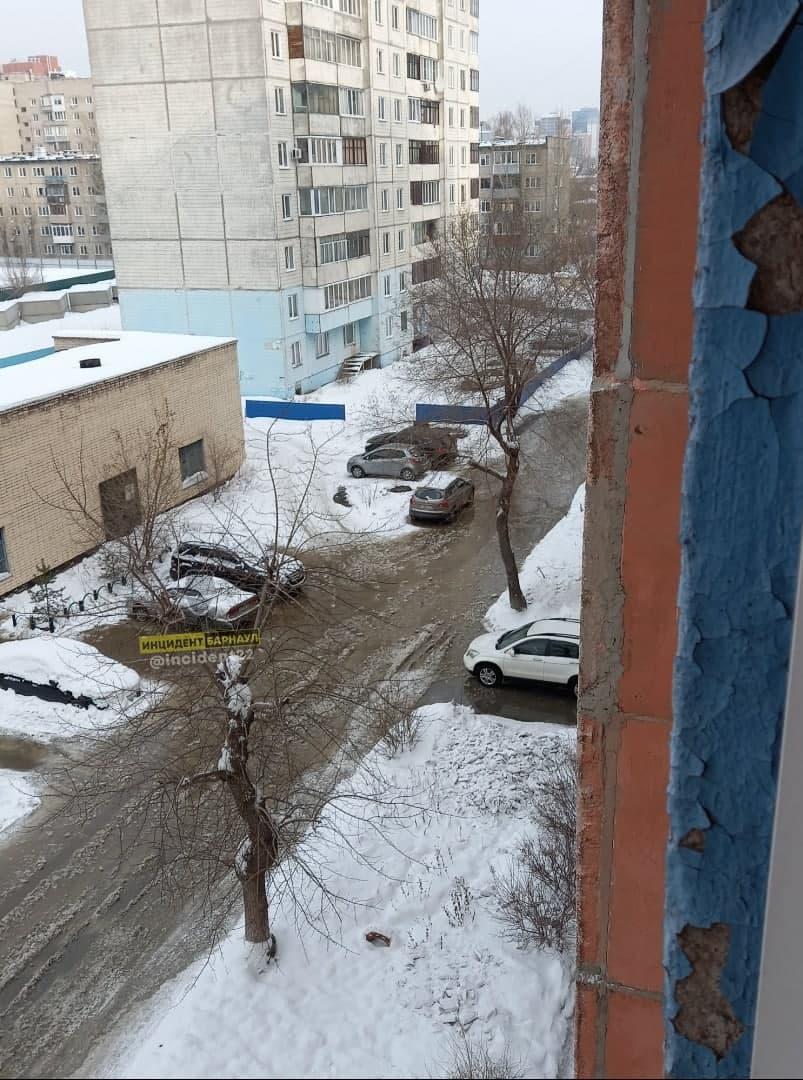 Барнаульский водоканал устраняет очередной прорывной каток дворе жилого дома