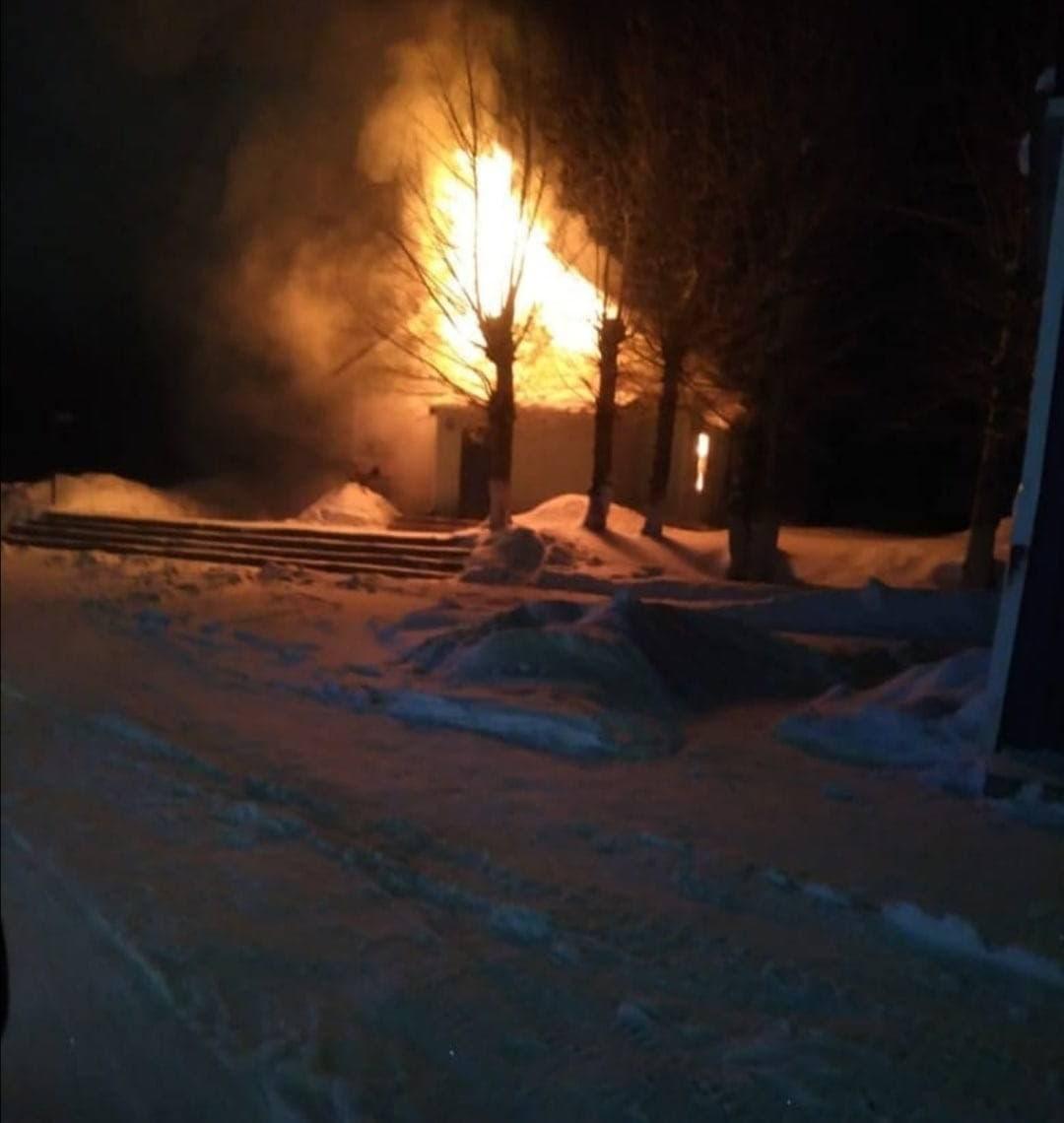 В Заринске ночью полыхало здание автостанции