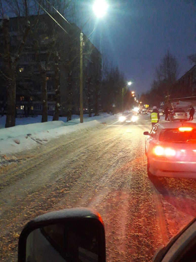 В Барнауле водитель иномарки сбил маленькую девочку санках