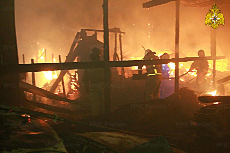 В Новоалтайске семейная пара сгорела вместе полыхнувшим домом